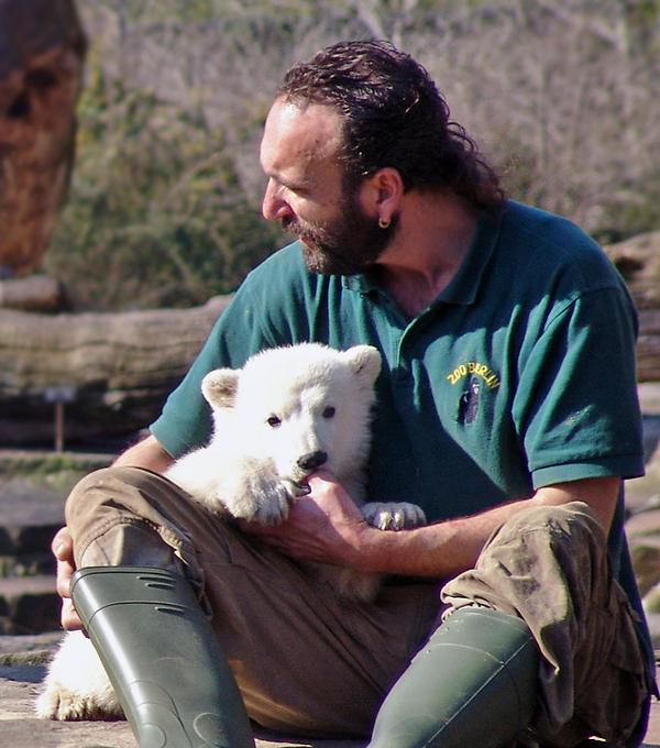 Der Eisbär Knut und sein Pfleger