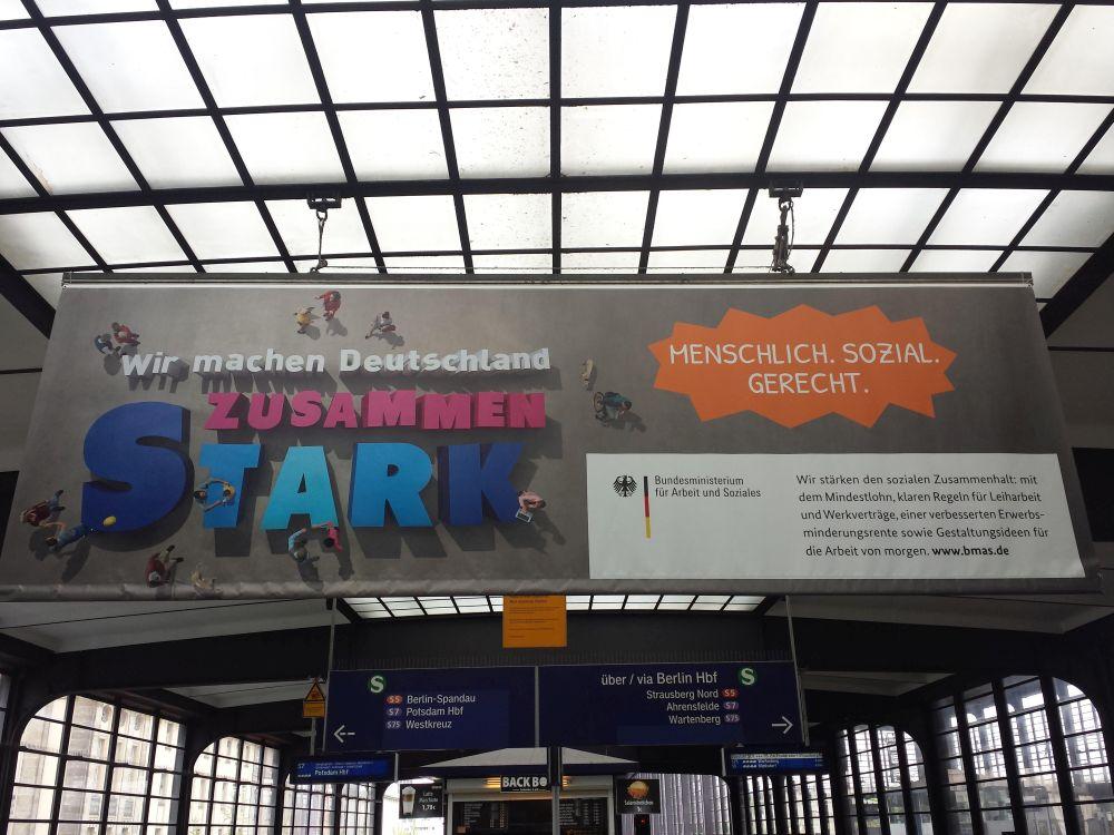 Plakat vom Bundesministerium für Arbeit und Soziales. Gesehen am 8. Mai 2017 auf dem Bahnhof Zoologischer Garten in Berlin