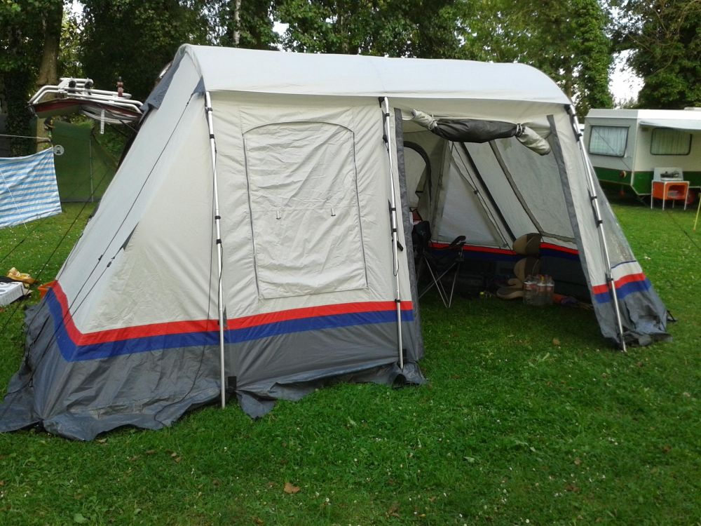 Sie packt ihre Sachen. Er das Zelt.